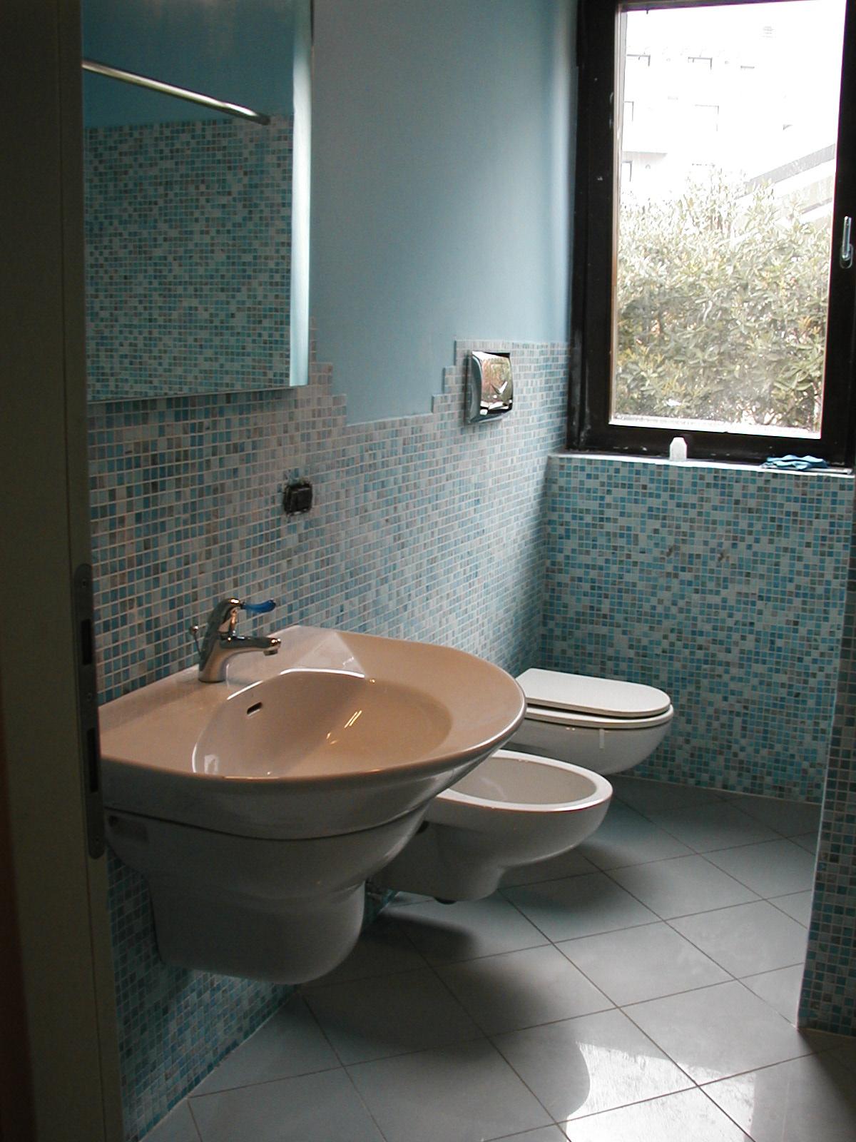 Bagno Con Piastrelle A Mosaico In Madreperla E Vetro ...