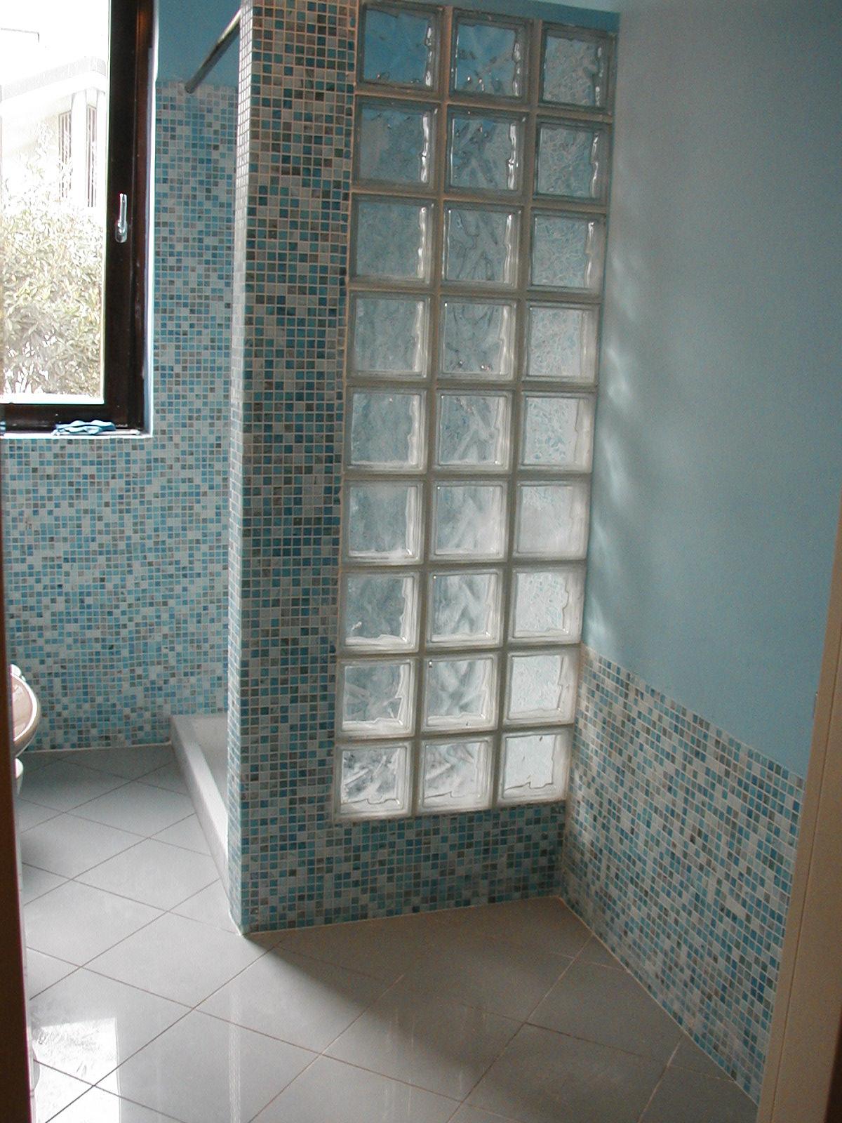 Bagno muratura con mosaico: mosaico in docce muratura. mobile in ...
