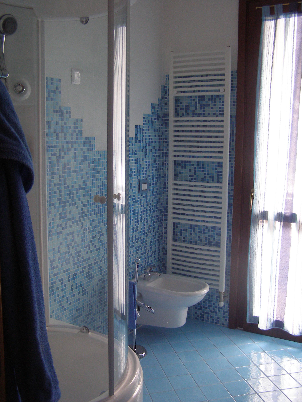 Bagno Con Mattonelle Blu.Piastrelle Bagno Mosaico Azzurro Awesome Mosaico Verde Con